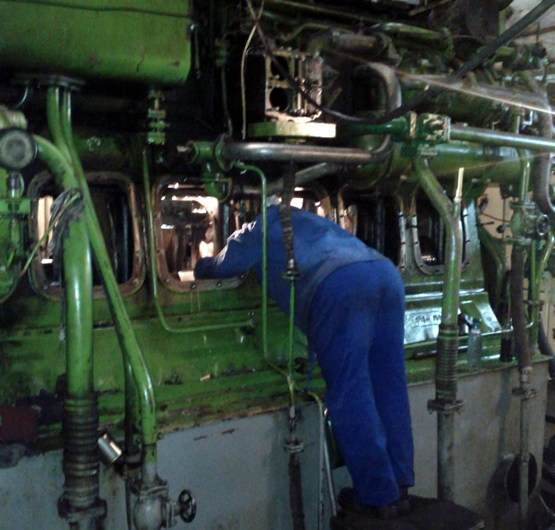 Inspectie motor naval